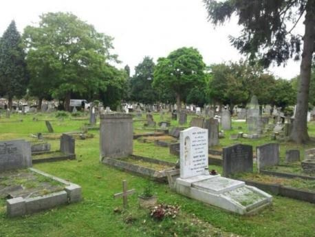 ghost_picture_cemetery_england
